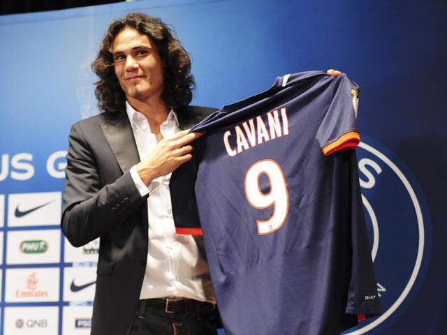卡瓦尼签约巴黎身披9号 迷人笑容面对记者提问截图