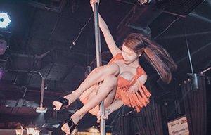 越南钢管舞辣妹 秀泳装私照显清纯