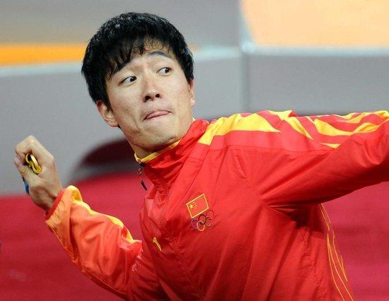 刘翔假装将金牌甩上看台 全场观众爆惊声尖叫