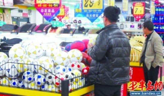 青岛中考考足球令女生抓狂 买了足球难找场地