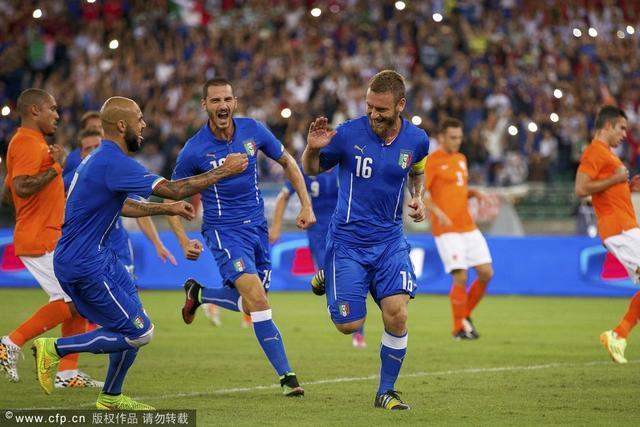 热身赛-意大利2-0荷兰 意金靴破门眼神帝染红