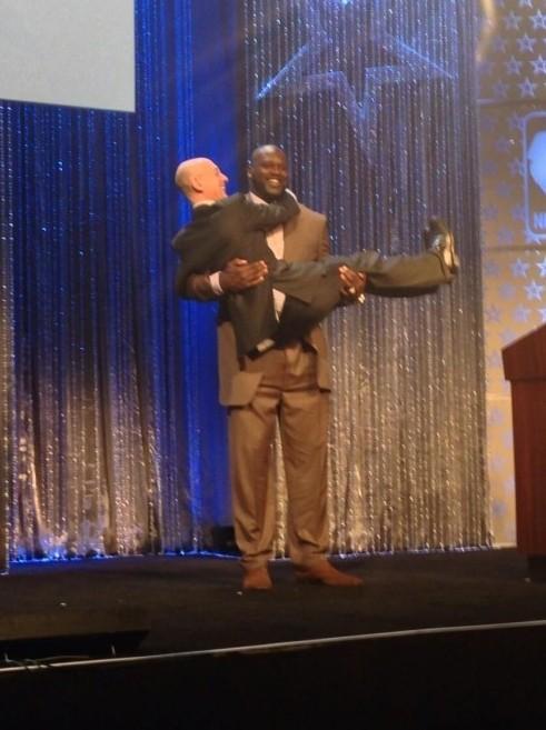 奥尼尔公主抱NBA新总裁 他用此方式欢迎萧华