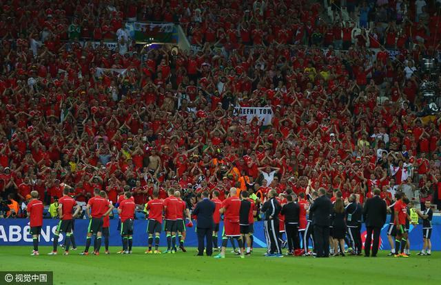 感人!威尔士球迷久久不愿离去 高歌献红龙英雄