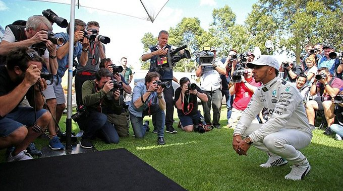 F1众星亮相小汉人气高 大方和女粉自拍