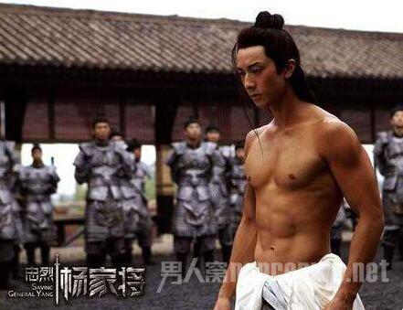 吴尊拥有文莱最豪华的健身会所,曾自己担任健美教练,难怪吴尊肌肉如此