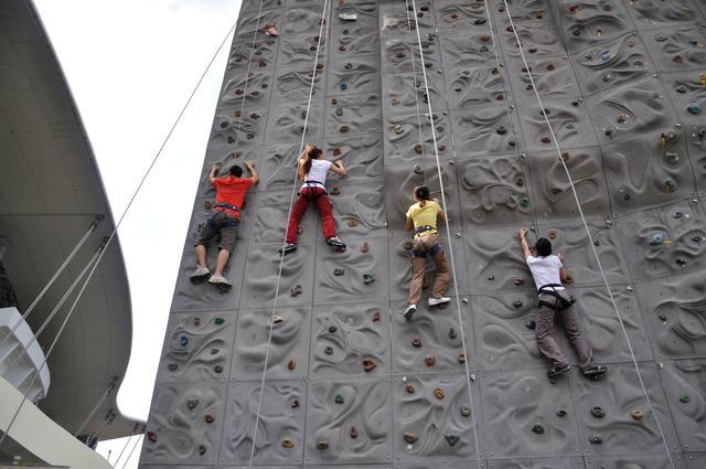 青少年攀岩赛事竟放到人流如织的商场里