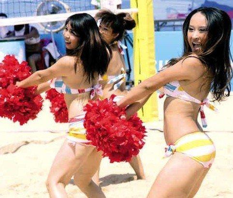 沙滩排球场亮丽风景线 美女啦啦队助阵大运会