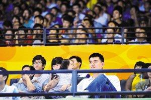 姚老板深圳观赛引爆全场 观众不看比赛看姚明