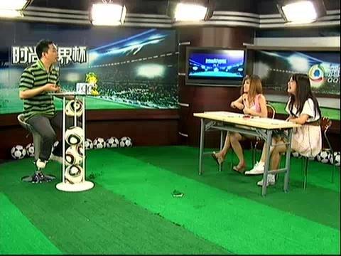 疯狂演播室01_今天来到我们演播厅的两位美女会跟大家讨论球迷这个话题.