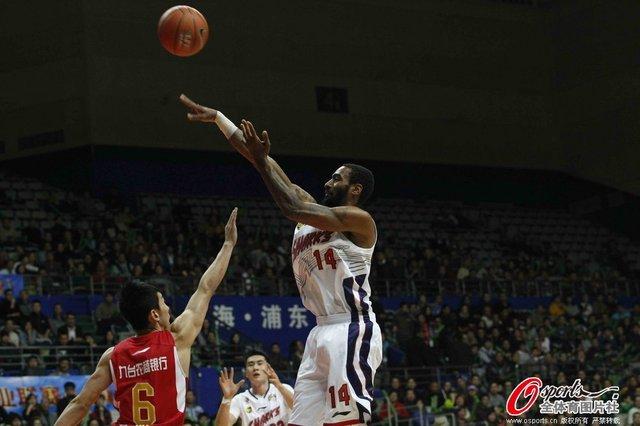 杜比27分杰克逊27+15 上海22分屠吉林获2连胜