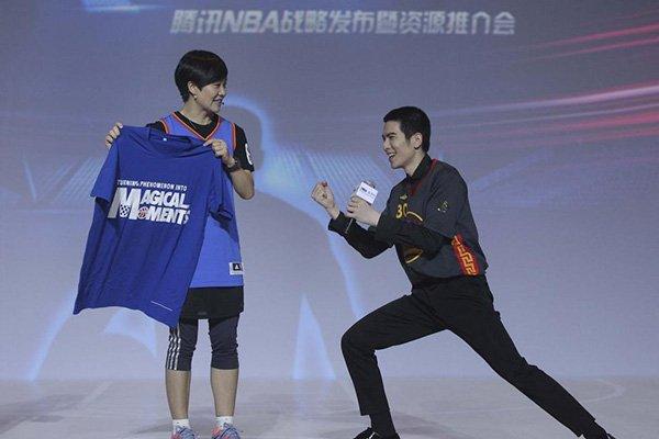 萧敬腾获赠纪念衫 加入腾讯体育超级明星战队