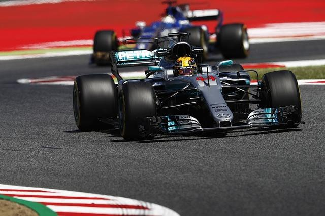 F1西班牙站练习赛梅奔强势 小汉包揽最快单圈