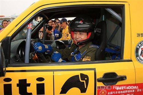 陈忠和体验极速赛车 兵坛老将郭跃华连称刺激