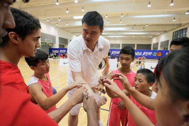 姚明携四大NBA球星特训小球员 传授投篮秘诀