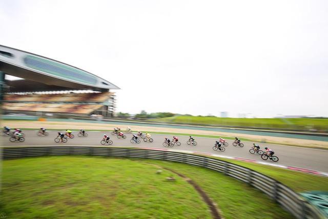 上海F1赛道举办自行车赛 千余名选手参与其中