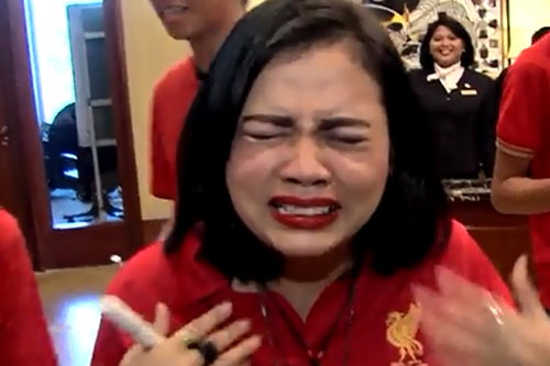 印尼女球迷见到杰拉德激动不已 情绪失控哭成泪人截图