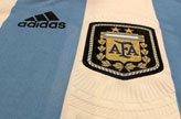 梅西展示阿根廷新款球衣