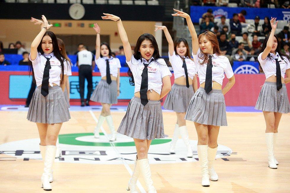 高清:篮球宝贝露脐装助威主队 热舞秀性感身姿