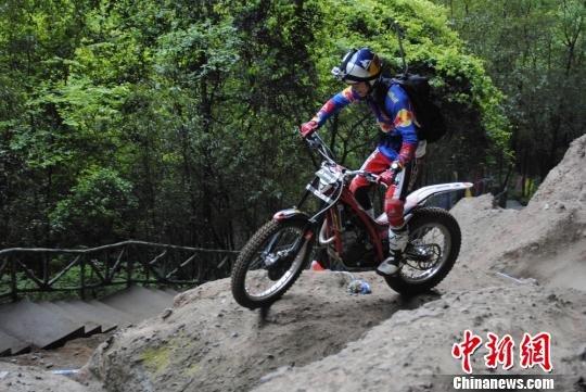 中外车王骑摩托挑战万佛山 奖金捐给雅安灾区