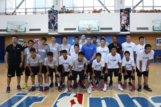 NBA球星迈克-毕比访问中关村中学 传授篮球技巧
