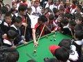 梁文博为孩子上特别的体育课 手把手教打台球