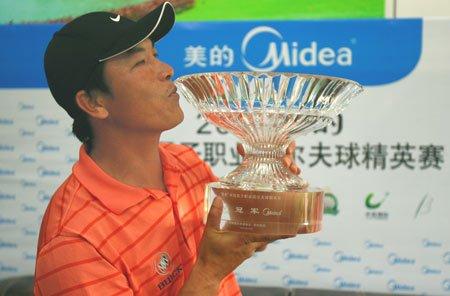 美的中国精英赛领先七杆 张连伟夺冠优势明显