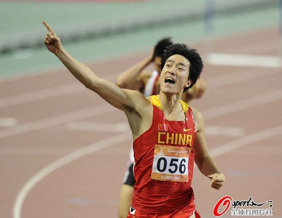 刘翔赛前示意观众安静 看台父母目睹夺冠欢呼
