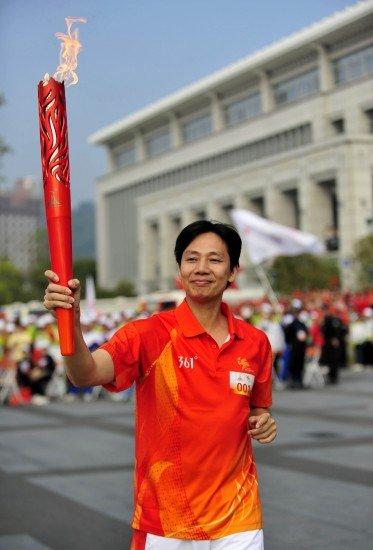 亚运火炬传递广州站次日 举重世界冠军助阵