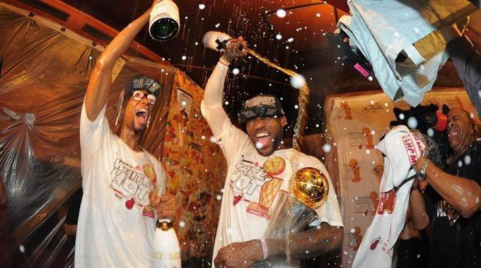 热火更衣室庆祝夺冠 詹皇被众人浇香槟
