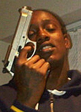 英超90后新星当街持枪显摆 15岁曾有被捕前科