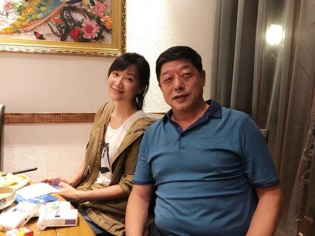 徐静蕾晒与张继科父亲聚餐照:我和咱爸喝美了