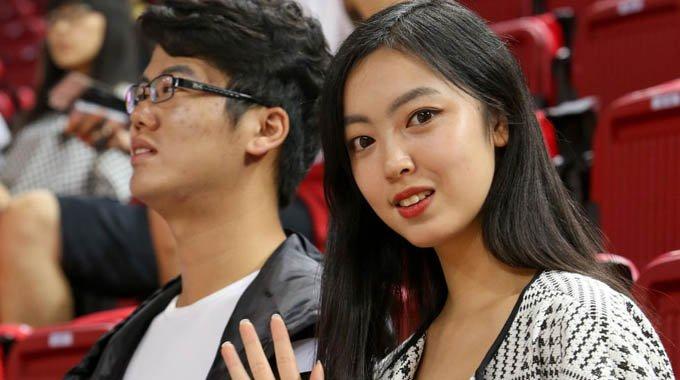 美女球迷助威中国男篮 获赞翻版李思思
