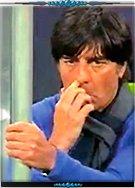 勒夫竟然将抠出来的鼻屎塞到自己嘴里