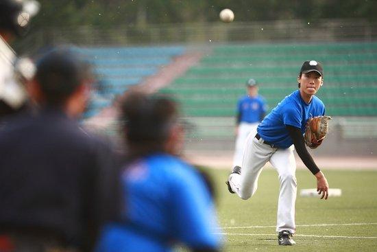 北京高校棒垒球联赛开幕 北方工操场高潮迭起