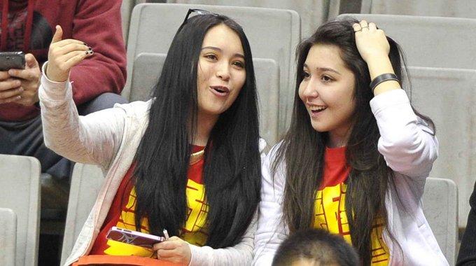 新疆美女观战总决赛 特色加油服显异域风情