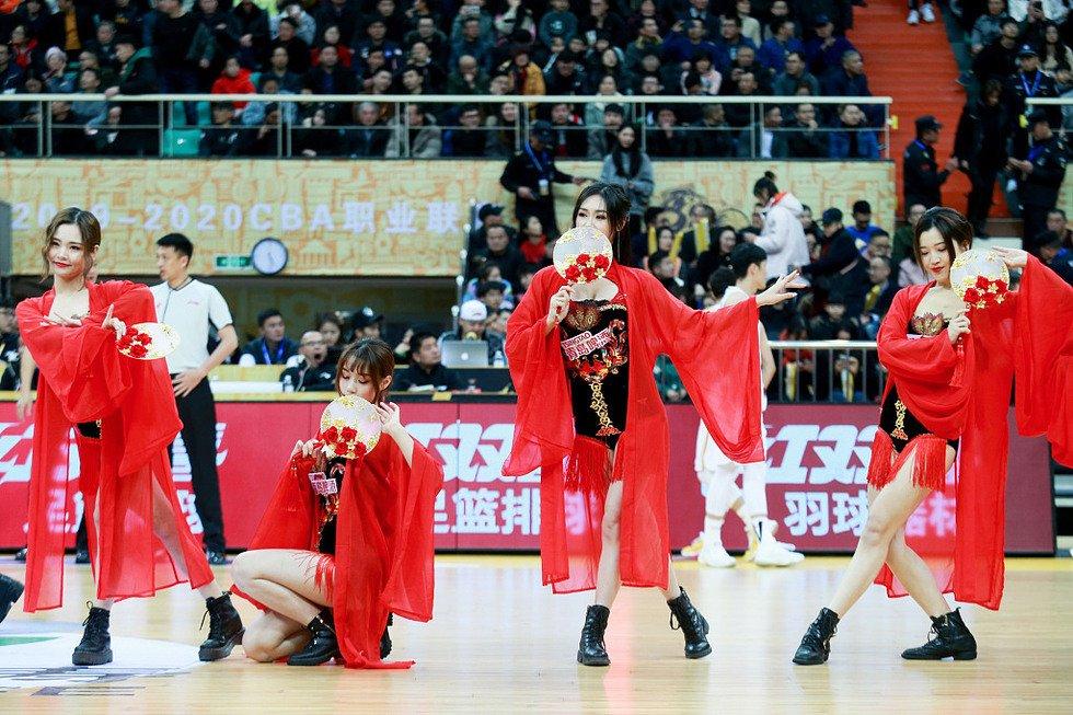 高清:篮球宝贝传统服饰助威 扇子舞别有一番韵味