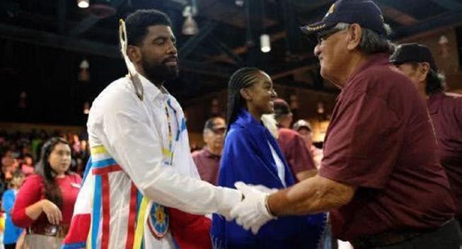 美国部落为欧文举办仪式 超过1000人到场庆祝