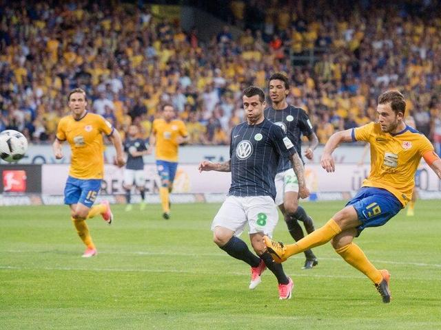 德甲-狼堡总分2-0双杀布伦瑞克 涉险保级成功