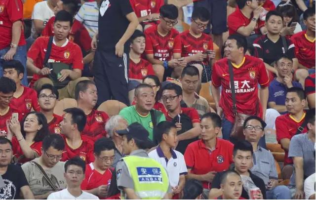 访恒大看台的国安球迷:不管坐哪只穿国安球衣