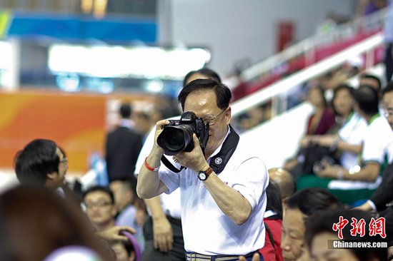 图文:亚运会跳水比赛 曾荫权当特殊摄影者