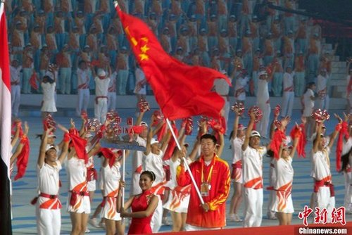 """王治郅""""扛起""""中国大旗 闪亮亚运闭幕盛宴"""