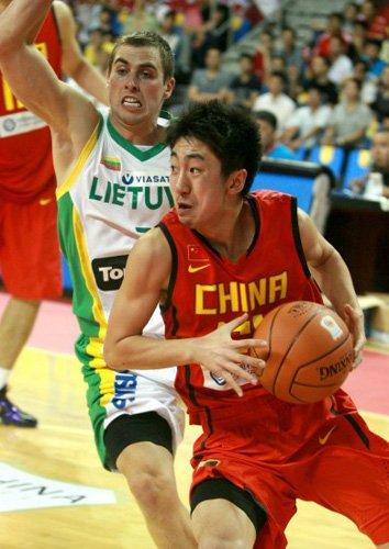 姚老板锁定男篮新星后卫 邓帅在上海锻炼baby