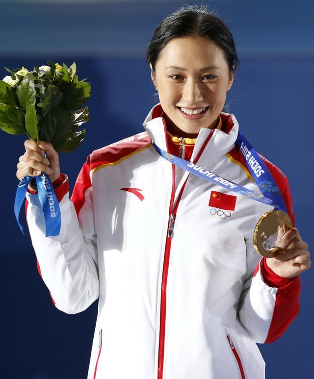 2014年索契张虹身着安踏领奖服登上冬奥冠军领奖台