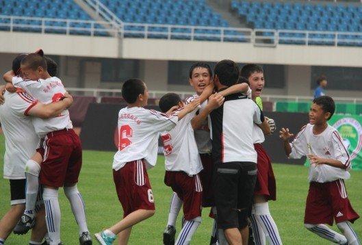 乌市五小卫冕校园冠军杯 30球射手王演大四喜