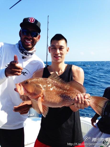 书豪腾讯微博秀钓鱼照 网友回复下赛季加油