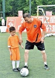 青岛中能校园足球夏令营 专业教练手把手授课