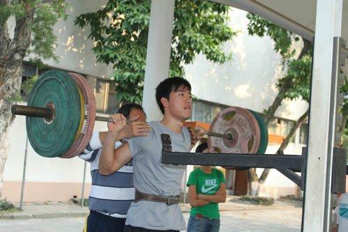 独家:直击刘翔最后一练 变身大力士狂举杠铃