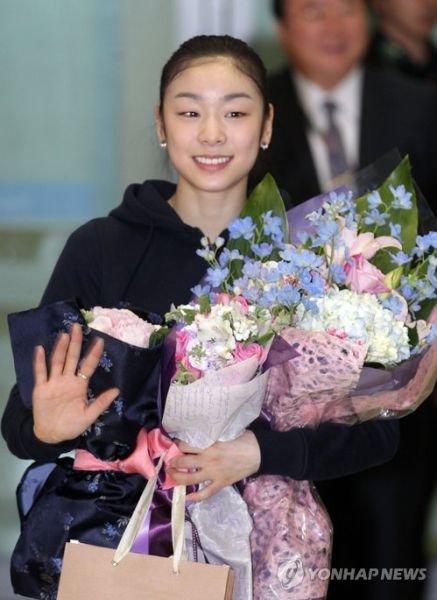 金妍儿归国机场开发布会 暗示将缺席一年比赛
