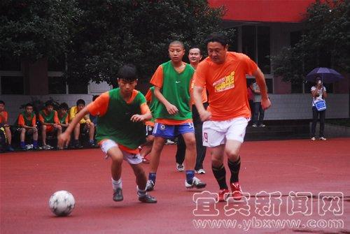 马明宇魏群走进宜宾校园足球 雨中与学生过招