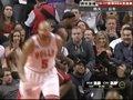 视频:热火vs公牛 皇帝单手暴扣快攻撞翻观众